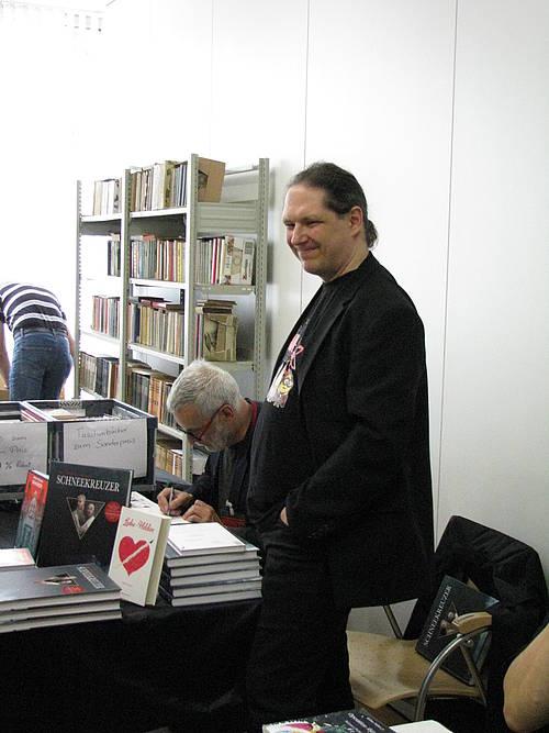 Jean-Marc Rochette signiert Schneekreuzer unter dem strahlenden Blick seines Paneel-Übersetzers