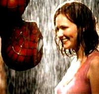 Sie steht lächelnd im Regen, er hängt. Erwartungsvoll! (c) Columbia TriStar Film
